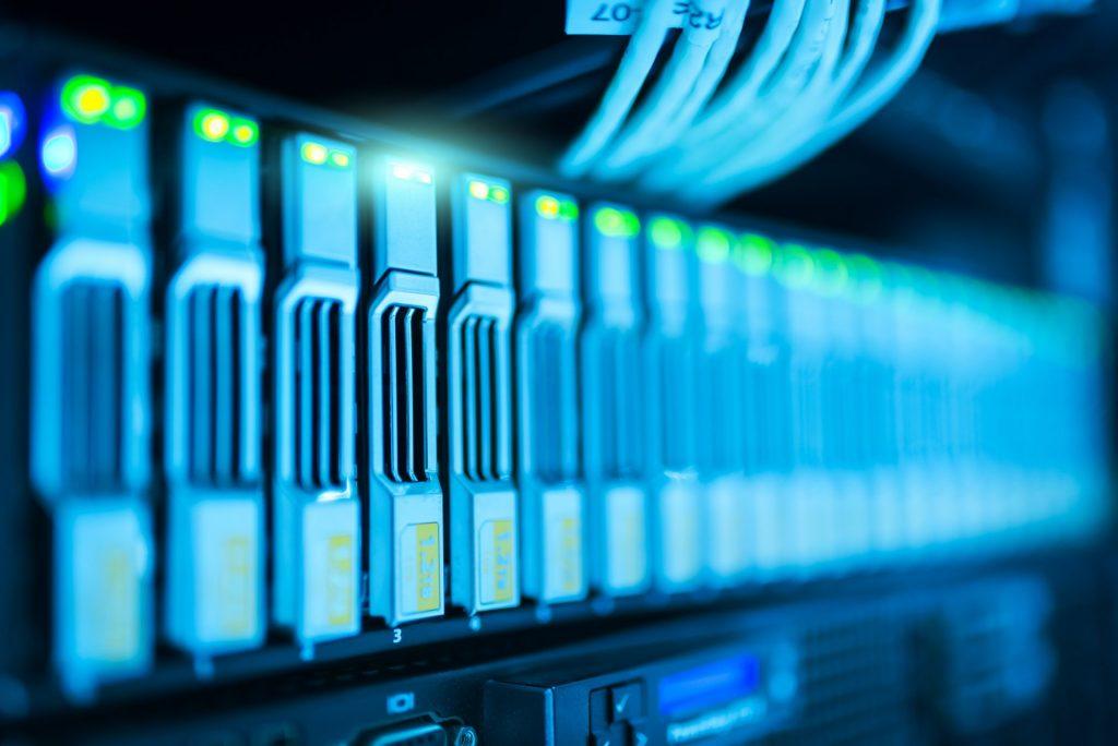 site internet ou site web photo d'un data center tour de serveurs dédié au stockage de données interconnectées